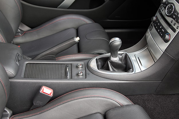 2011 Infiniti G37 IPL Coupe Review centre console